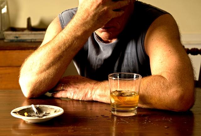 Алкоголик пьет в одиночку
