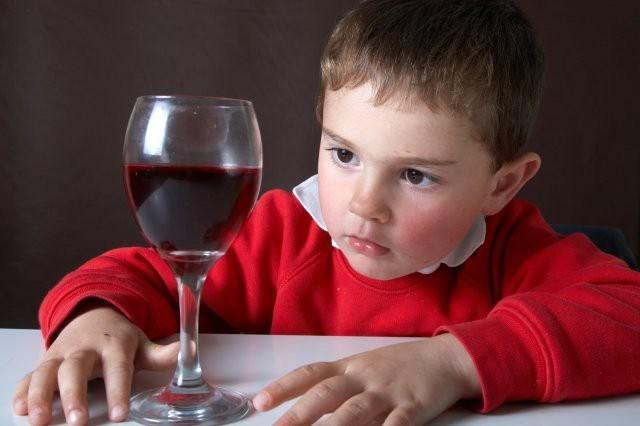 Дети алкоголиков пробуют спиртное