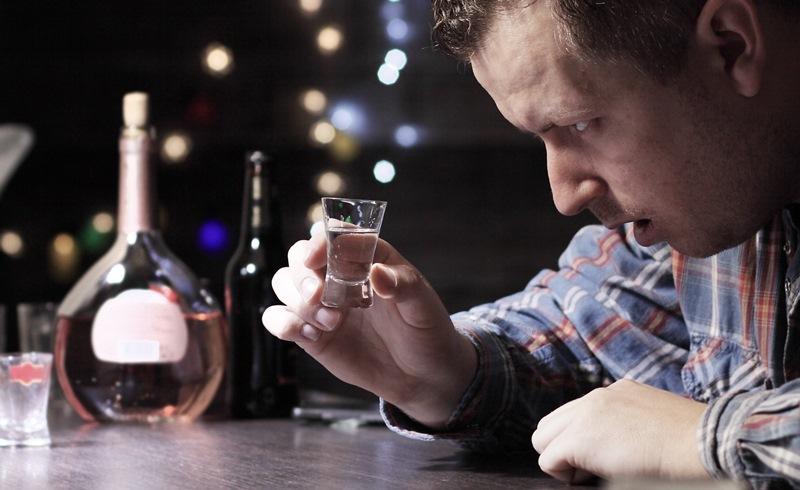 Алкоголик постоянно пьет на выходных